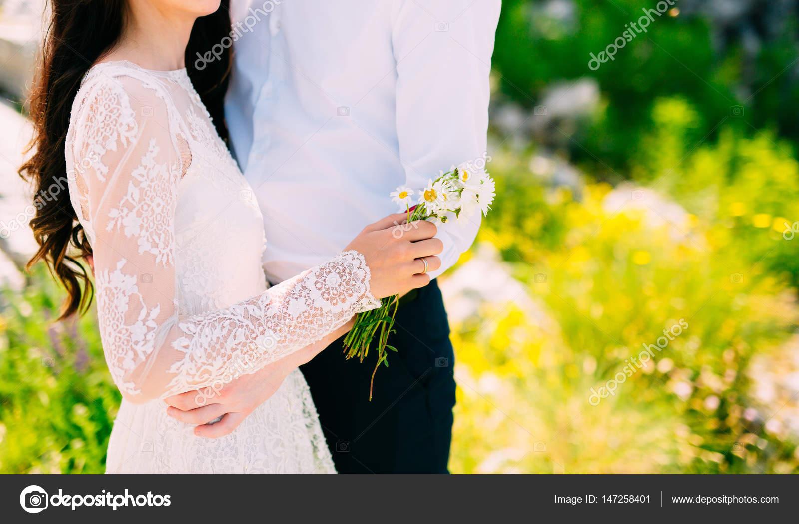 Brautstrauss Von Ganseblumchen In Die Hande Der Braut Hochzeit In