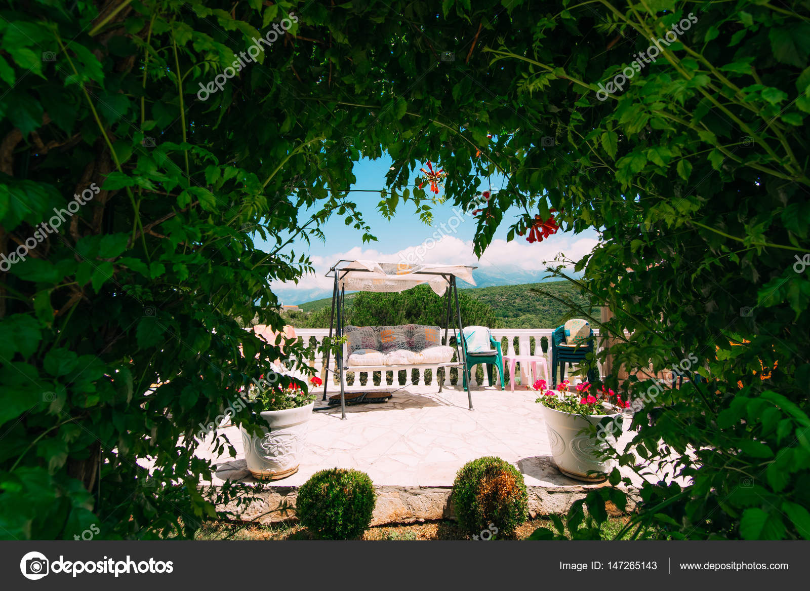 Schommel In Huis : Schommel in de tuin de achtertuin van het huis u stockfoto