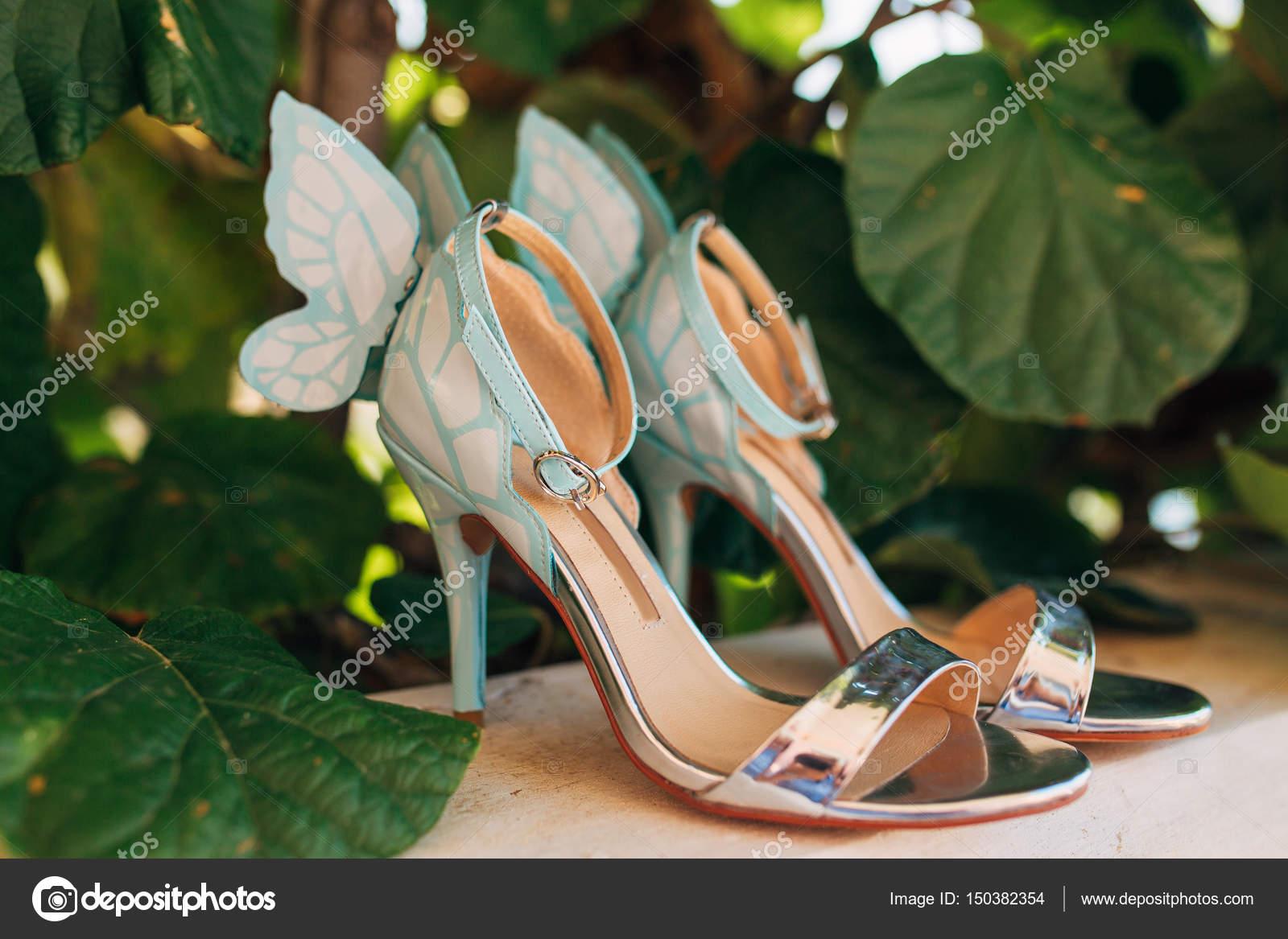 mariage chaussures de mariée dans les feuilles d'un arbre de kiwi