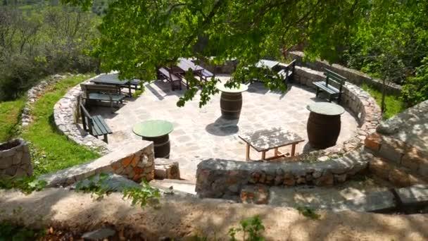 Dřevěné stoly a židle v létě oblast v kavárně
