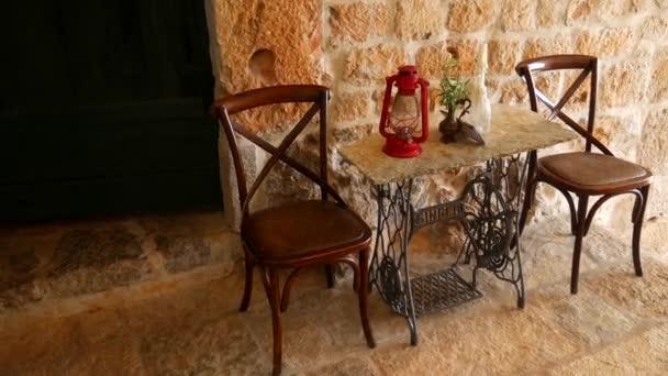 Sedie Depoca : Sedie d epoca e un tavolo sullo sfondo di un muro di pietra
