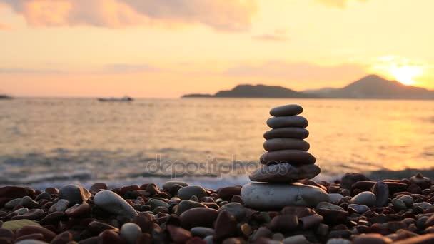 Egyensúly kövek a tengerparton. Béke-ból törődik. Egyensúly az élet. CA