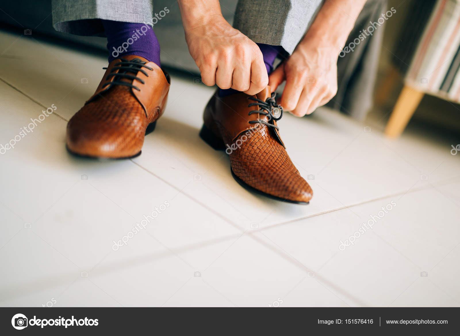 Der Mann Im Grauen Hosen Und Ein Lila Kleid Socken Braune Schuhe Mit
