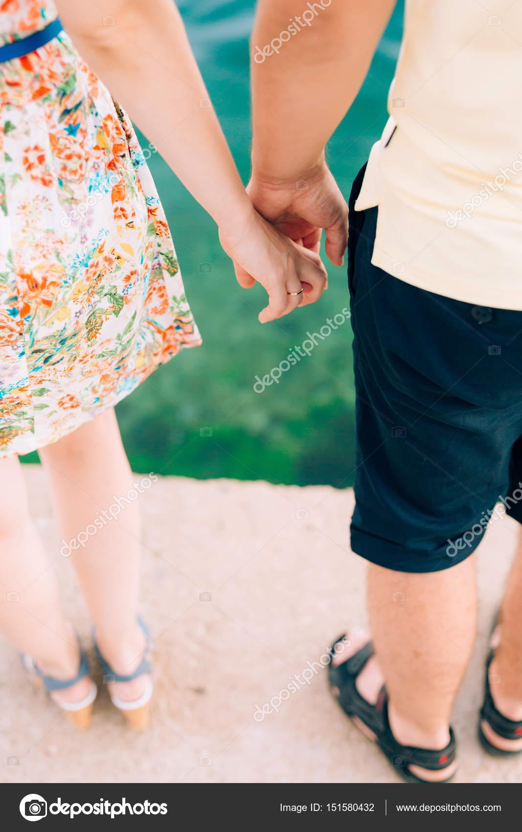 a2ebde70f Los novios toman de la mano. Pareja cogidos de la mano. Boda en Monte