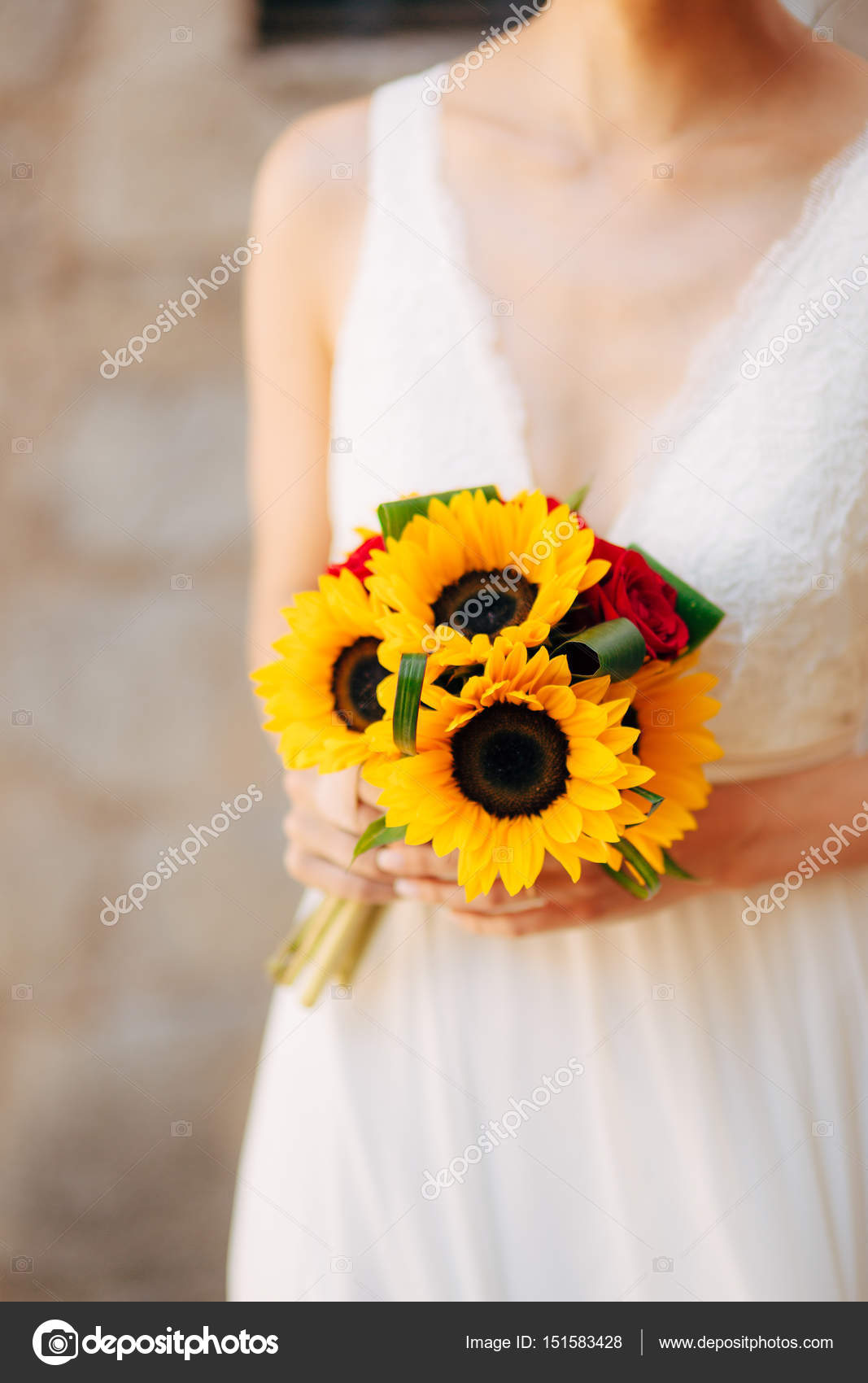 Brautstrauss Mit Sonnenblumen In Den Handen Der Braut Hochzeit