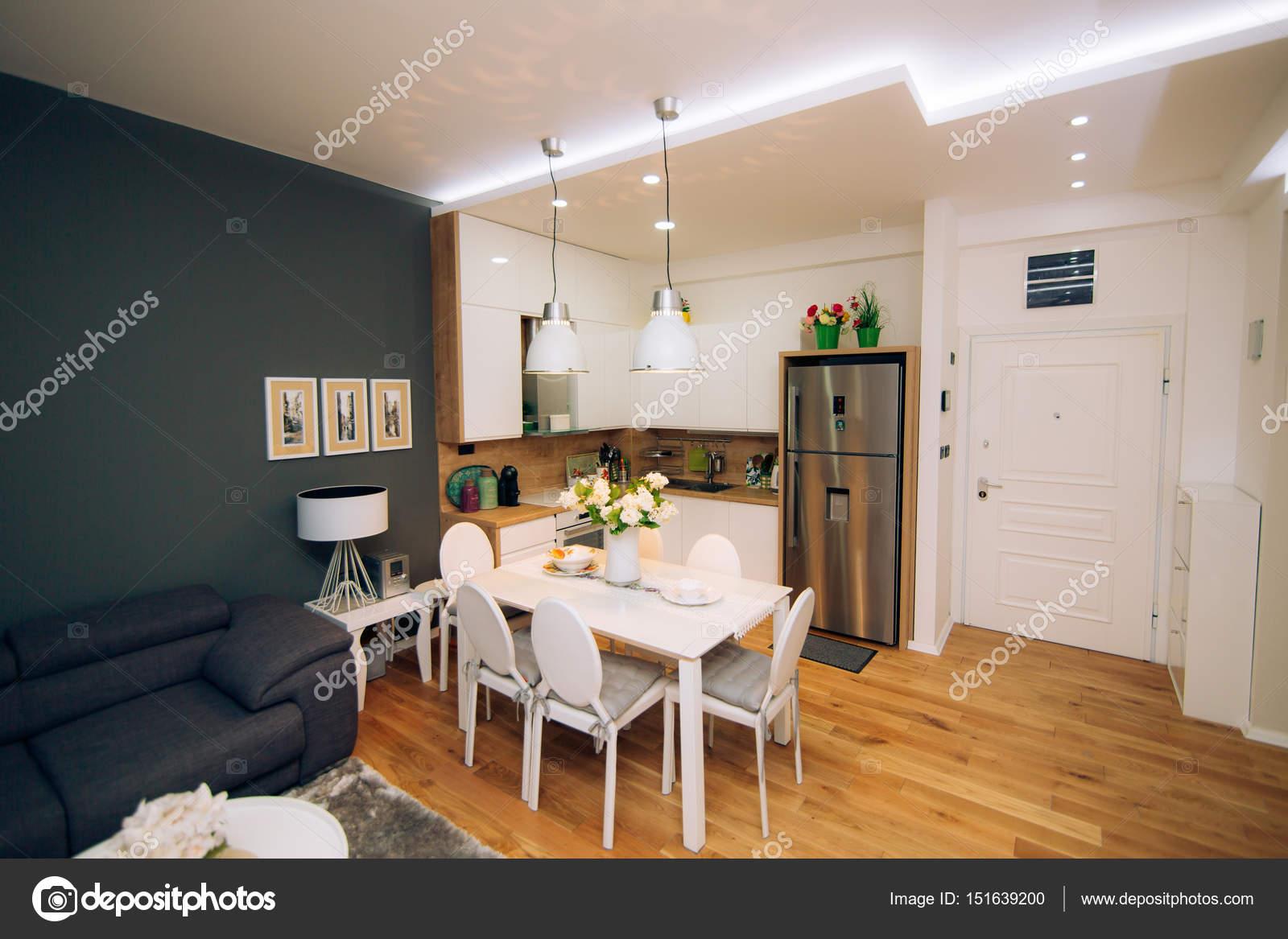 Eettafel In Woonkamer : De eettafel in het appartement. tabel voor de lunch in de woonkamer