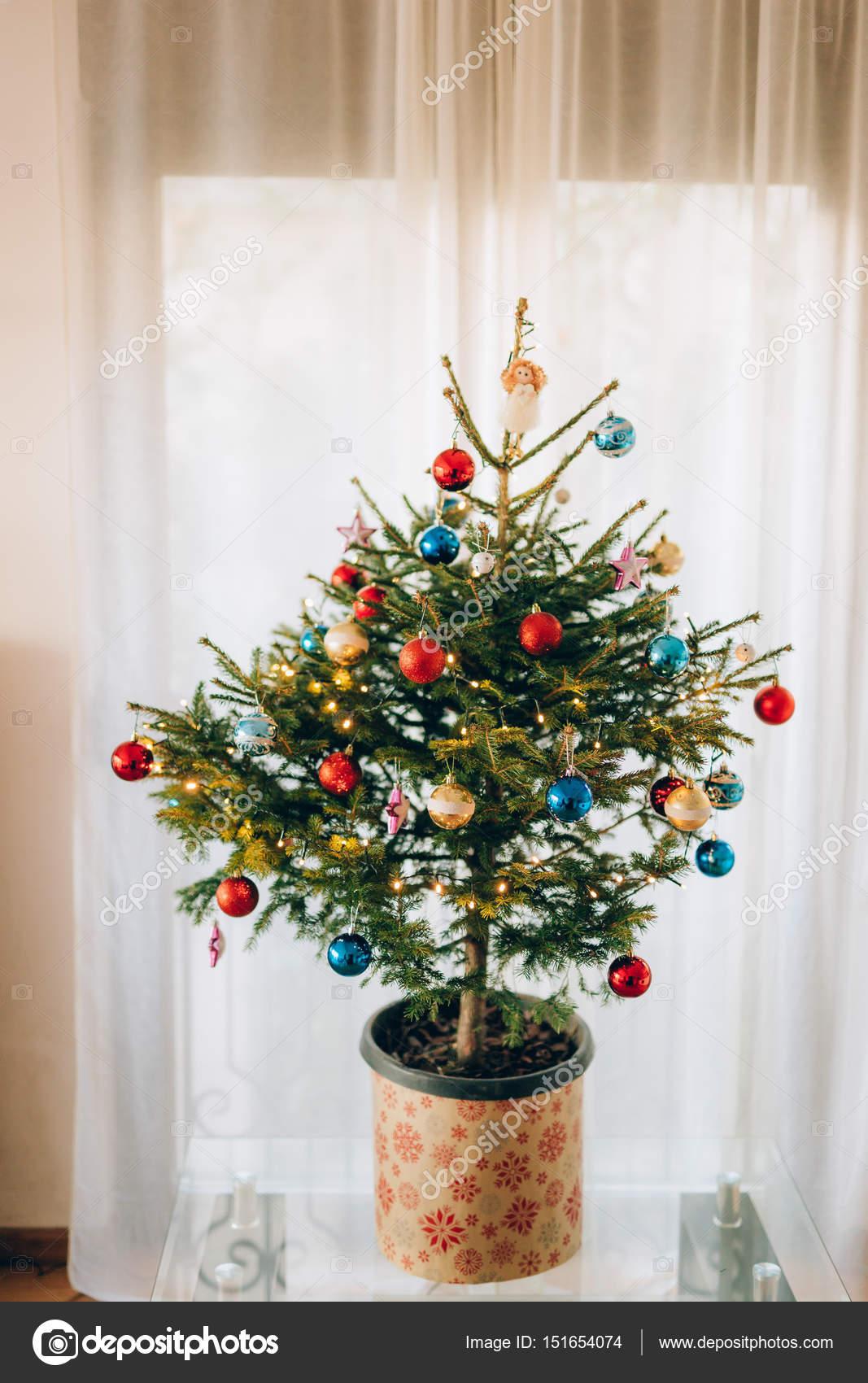 Een Kleine Kerstboom In Een Pot Versierd Met Ballen Slingers