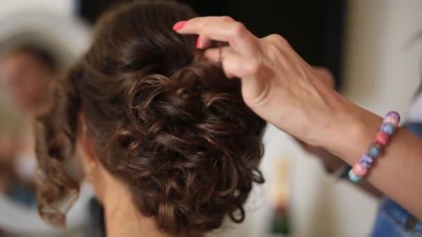 Kadeřník dělá nevěsty vlasy. Professional v práci. V