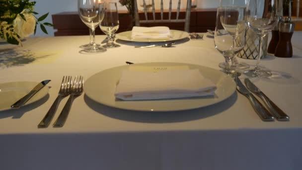 Teller beim Hochzeitsbankett. Tischdekoration. Hochzeitsdekoration