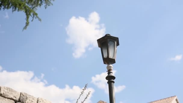 Vintage-Lampe an der Wand auf der Straße.