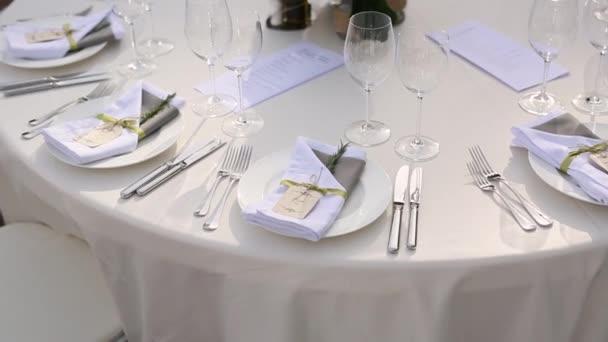 Tische beim Hochzeitsbankett. Hochzeitsdekoration. Hochzeit bei t
