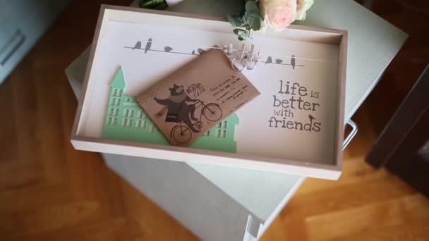 A borítékon, és egy levelet, egy esküvői bouque esküvői Jegygyűrűk