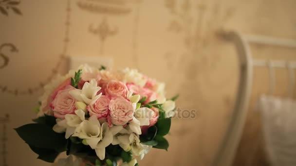 Menyasszonyi csokor az asztalon rózsaszín rózsa, megállapított száma