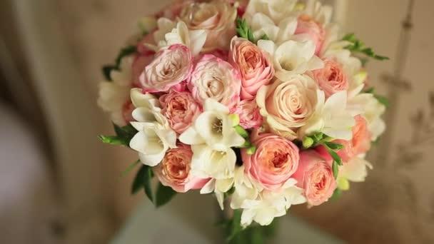 Svatební kytice z růžových růží na stole, rozloženy řadu