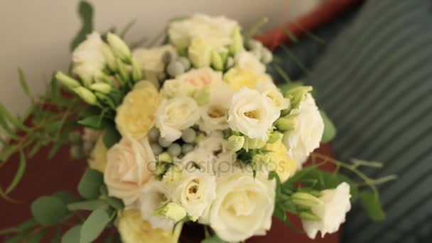 Svatební kytice růže a eukalyptu na stůl. Svatba v Mo
