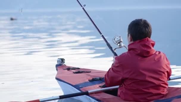 A kajak, a tó halászati. Piros kajak