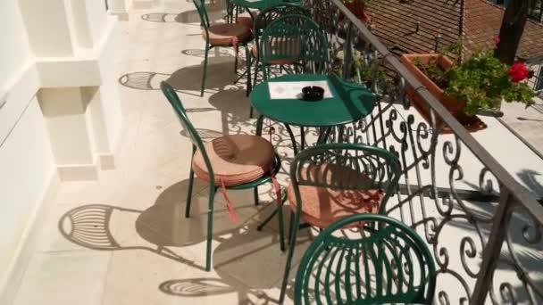 Tabulky v kavárně na ulici. Pouliční kavárna. Restaurace v Monten