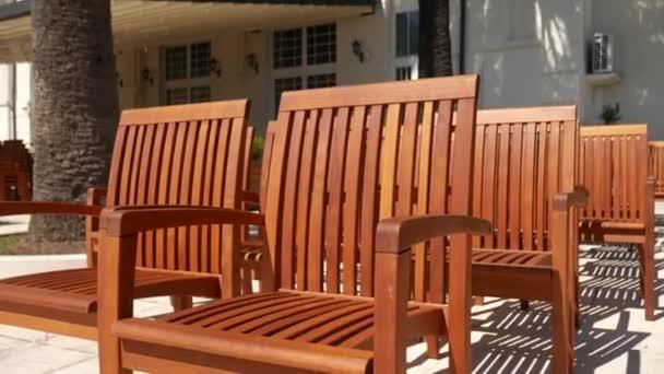 Stock Sedie Di Legno.Sedie Di Legno Sulla Strada Sedie Da Caffetteria Video Stock