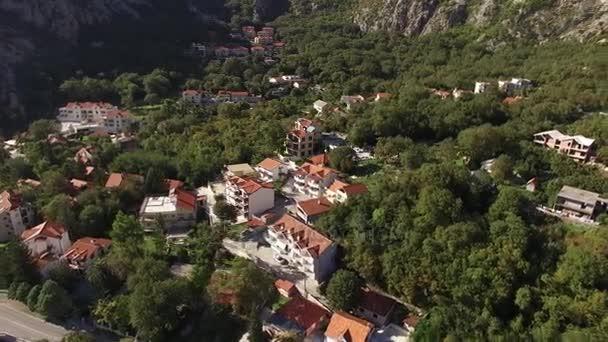 die Villa in den Bergen in Meeresnähe. Montenegro, Bucht von Koto