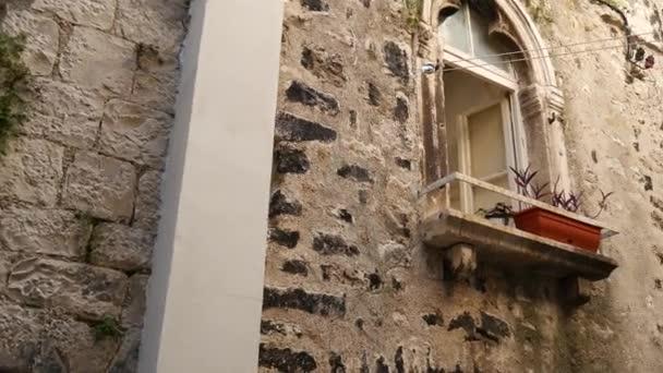 Balkon s sloupce ve starém domě. Balkánské architektury. Monte