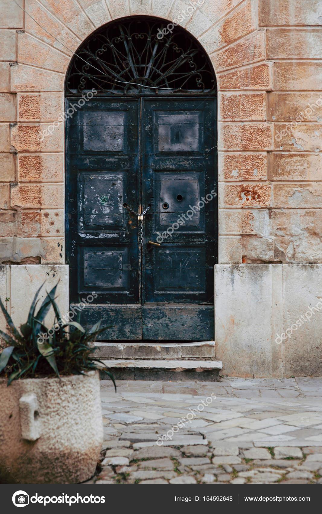 Vieilles portes noirs. Texture du bois. Texture de métal ...
