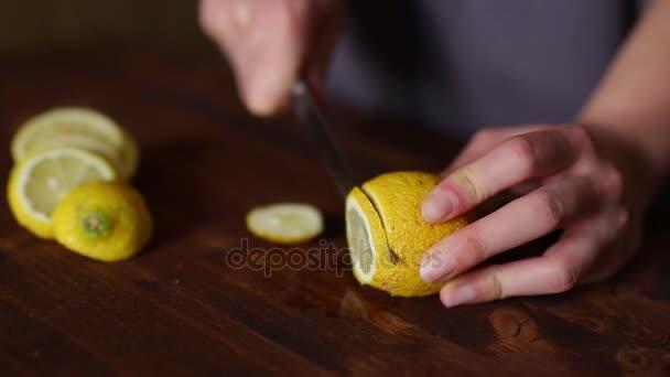 Nakrájené citrony si limonádu