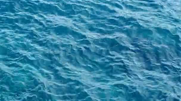 A textúra víz. Adriai-tenger közelében Montenegró. Átlátszó kék