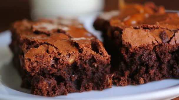 Brownie na desku, na dřevěných texture. Rozmělněny sladké slané auto