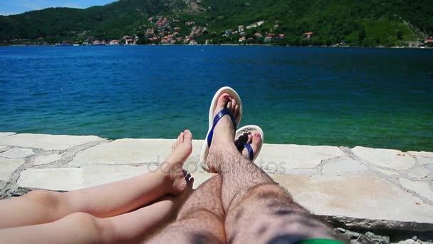Rodinné nohy na pláži. Rodiče s dětmi na pláži. FA