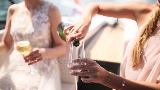 šampaňské je nalito do sklenice
