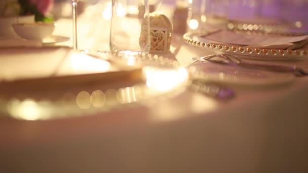Esküvői fogadáson lemezek. Beállítása. Esküvői dekoráció