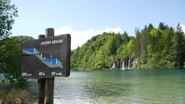 Krásná vodopádová kaskádová scenérie Plitvických jezer, Chorvatsko. Přírodní krajina Národního parku Plitvická jezera je světovým dědictvím UNESCO v horské Krasové oblasti středního Chorvatska.