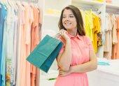 krásná žena hospodářství nákupní tašky