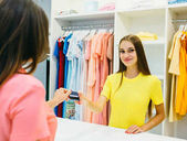 Üzlet hitelkártyás nő
