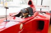 Lány megpróbál virtuális-valóság sisak