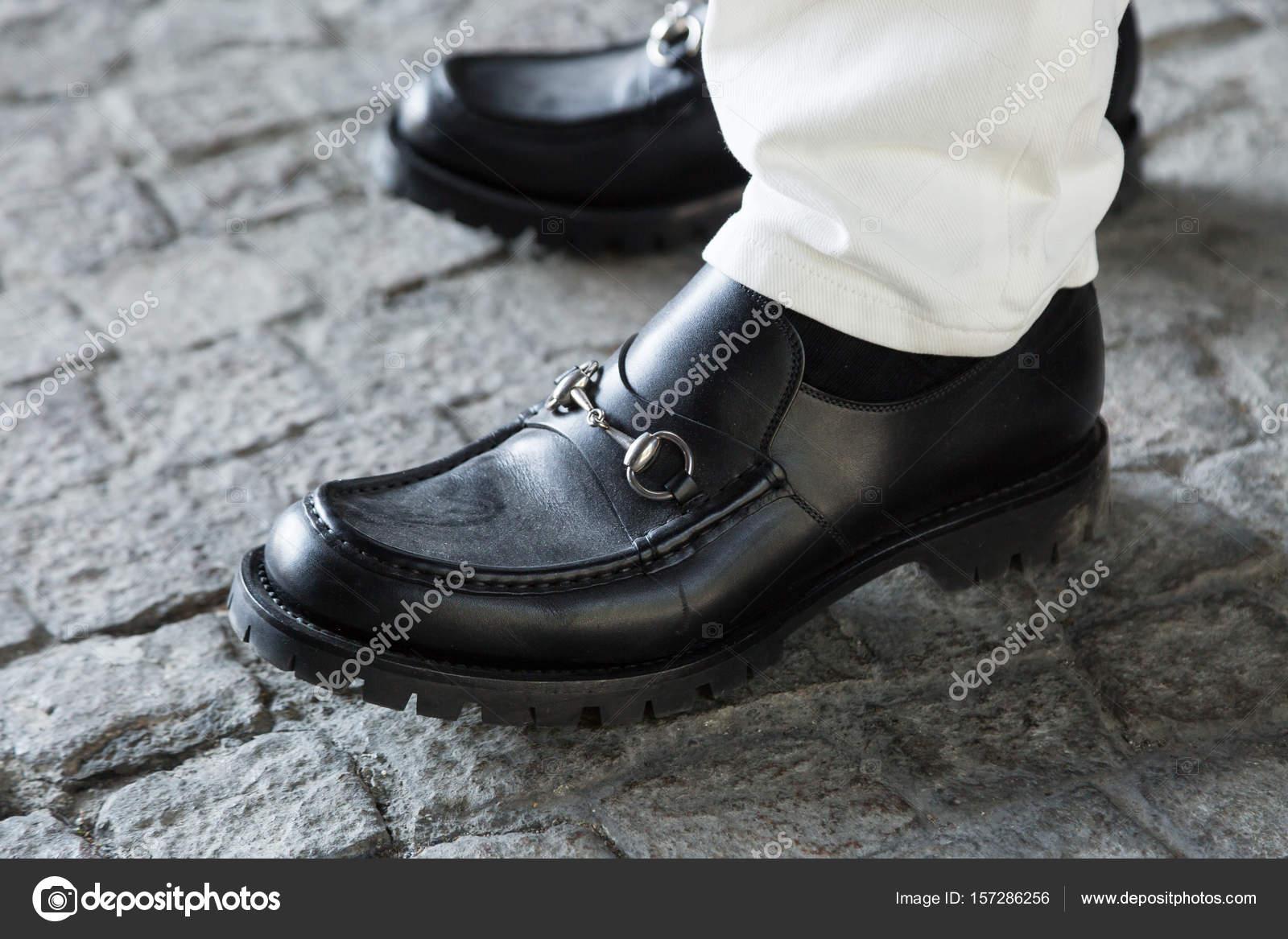 3c768d8d5069d1 Деталь взуття під час тижня моди Мілана чоловіків– Стокова редакційна  фотографія
