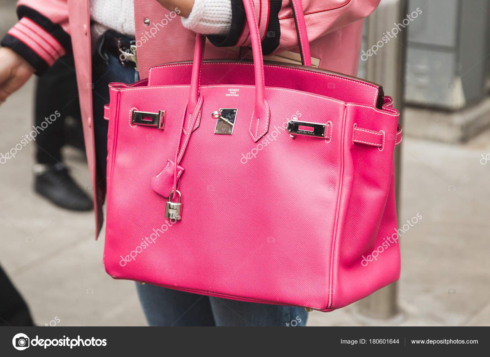 9d90382aa6d0 Деталь мешка на неделе моды Милан Мужская– Стоковая редакционная фотография