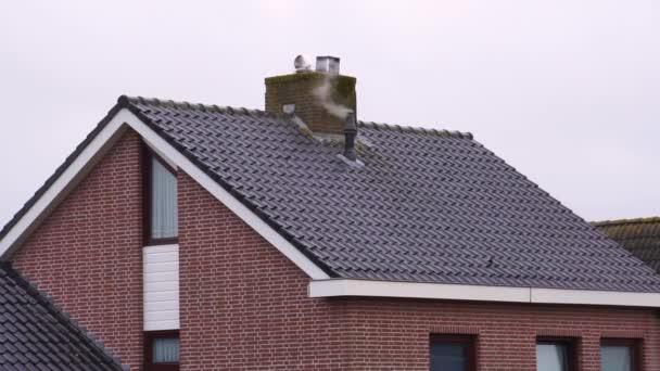 Kouřící komín na střeše, Nizozemská architektura, Vytápění domu