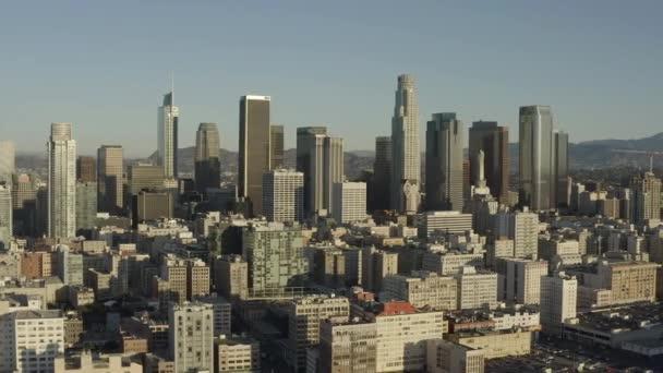 Létání nad Los Angeles v centru v létě ráno