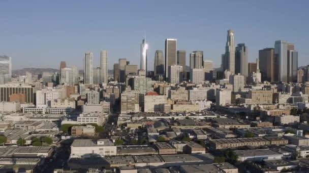 Dron letí pozpátku nad Los Angeles v centru Kalifornie