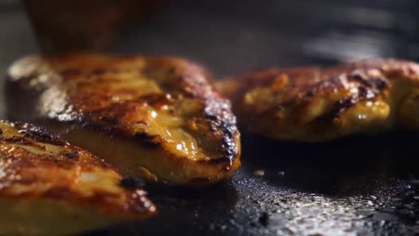 Detailní záběr smaženého kuřecího řízku na grilu