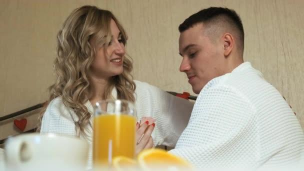 Mladý pár milovníci romantické snídaně v posteli