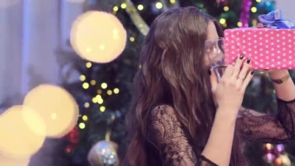 Nahaufnahme einer Frau, die um den Weihnachtsbaum herumalbert
