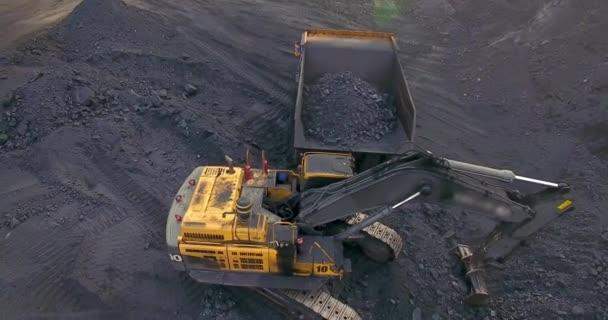 Letět kolem, bagr nakládá uhlí do skládky náklaďáku