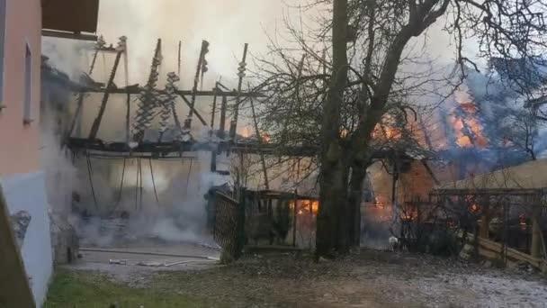 hasič bojující s požárem v domě