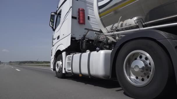 Benzínový tanker, Ropný přívěs, náklaďák na dálnici. Rychlostní náklaďák na dálnici. Koncept nákladní dopravy