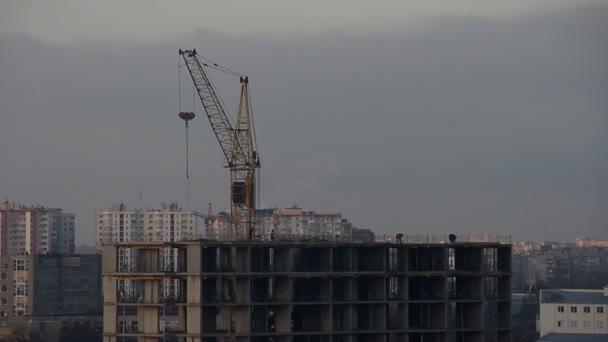 Výstavba výškové budovy, panoráma. Časosběrné video