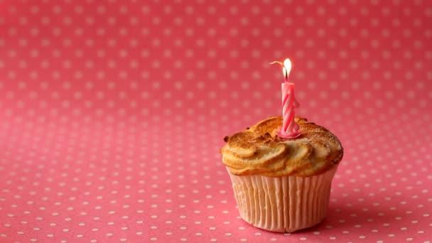 Cupcake égő gyertyát. Time lapse videó