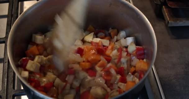 Příprava doma vařeného jídla v hrnci na dušené maso