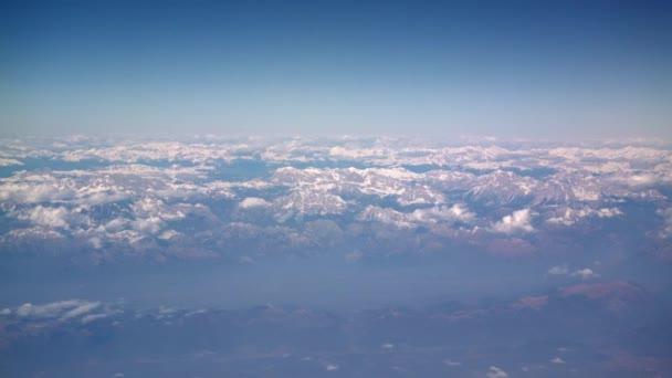 Létání v letadle. Východ slunce nebo západ slunce z osvětlovače letadel. Letadlo proletí mračny bavlny. Pohled z okna letadla. Letadlo. Cestujte letadlem. Barevné nebe